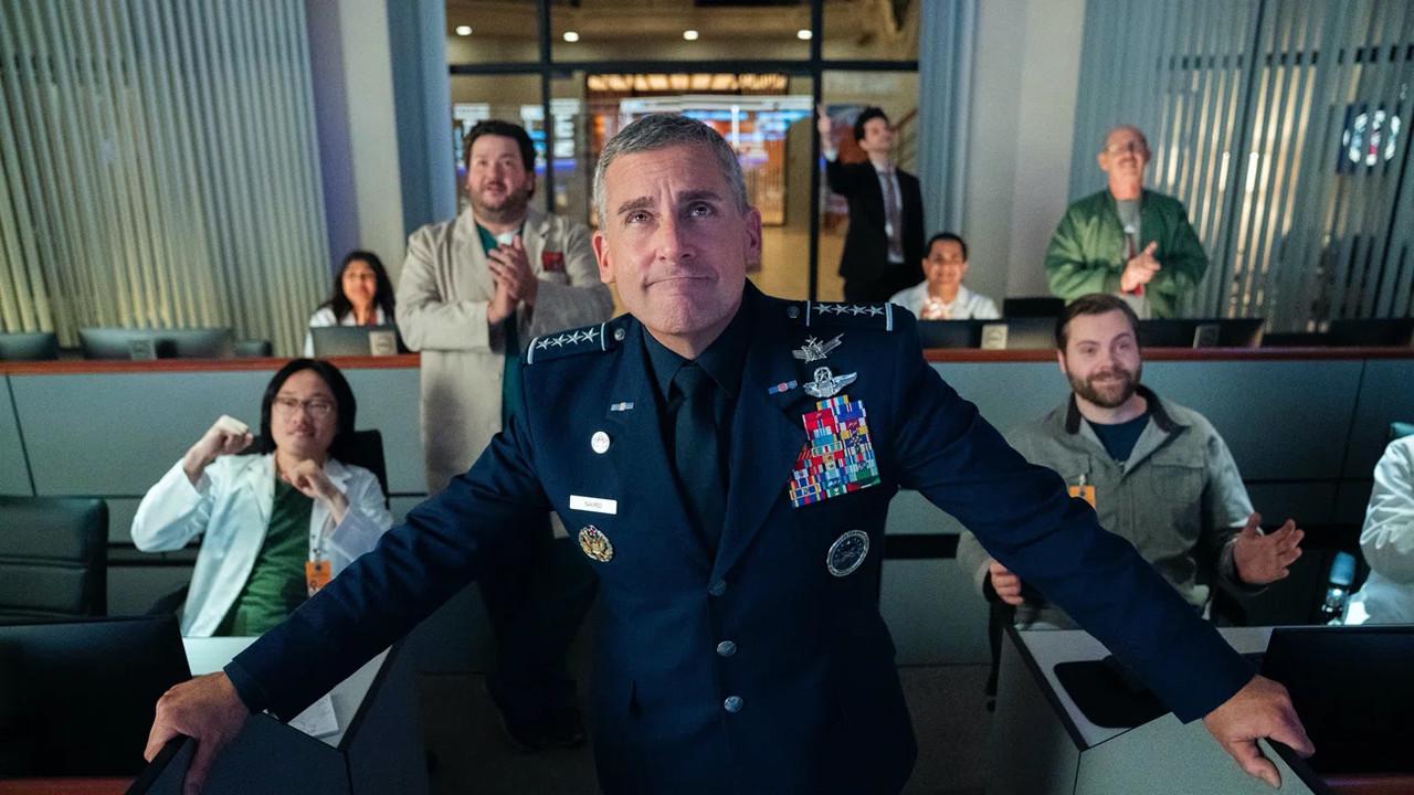 """Top: """"Space Force"""" (Netflix)US-Präsident Donald Trump sorgte im Jahr 2018 für Schlagzeilen und internationales Kopfschütteln, als er verkündete, eine """"United States Space Force""""-Militäreinheit der US-Streitkräfte zu gründen, die die Interessen des Landes im Weltraum verteidigen soll. Während der inzwischen vom Volk abgewählte Präsident als wohl wichtigster Mann der Welt die Idee durchaus ernst meinte und weiterhin vorantrieb, haben Steve Carell und das """"The Office""""-Team die Causa für eine neue, satirische Comedyserie aufgegriffen. """"Space Force"""" ging im Frühjahr auf Netflix an den Start und auch wenn nicht jeder Witz von Steve Carell als überforderter General der neuen Weltraumsoldaten zünden will, so sorgt allein schon die Idee für eine Menge Lacher. Netflix"""