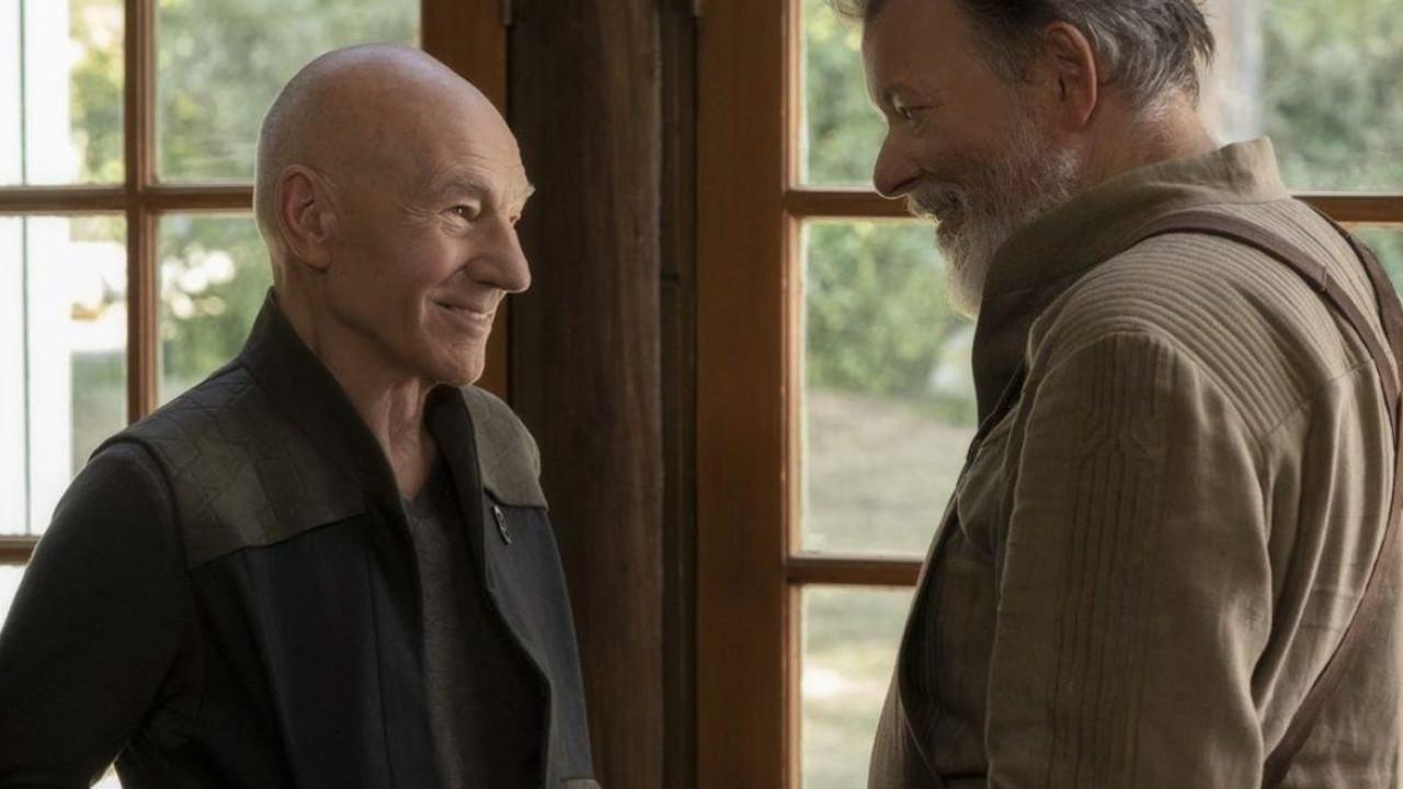 """Top: """"Star Trek: Picard"""" und weitere Spin-Offs (CBS)Das """"Star Trek""""-Universum wächst unaufhörlich weiter: US-Sender CBS schickte in diesem Jahr neben einer dritten Staffel von """"Star Trek: Discovery"""" gleich zwei neue Serien an den Start: """"Picard"""" und """"Lower Decks"""". Schauspieler Patrick Stewart kehrte nach über 20 Jahren in seine Rolle als Jean-Luc Picard aus der langjährigen Kultserie """"Raumschiff Enterprise – Das nächste Jahrhundert"""" (1987 bis 1994) zurück. Der ehemalige Captain der USS Enterprise ist inzwischen im Ruhestand und widmet sich einer neuen Mission im Weltall. Als Fan-Service gab es ein Wiedersehen mit zahlreichen weiteren bekannten Charakteren aus der Kultserie. Eine zweite Staffel ist bereits bestellt. Die Animationsserie """"Star Trek: Lower Decks"""" von """"Rick and Morty""""-Autor Mike McMahan stellt die erste Comedyserie des Franchise dar und wirft einen nicht ganz ernstzunehmenden, satirischen Blick auf die komplette Reihe. Im Zentrum steht die Besatzung der USS Cerritos. Gezeigt werden die eher unwichtigen Besatzungsmitglieder mit ihren alltäglichen Aufgaben in den unteren Etagen des Raumschiffs. Gastauftritte von bekannten Figuren aus anderen """"Star Trek""""-Serien bereichern die Geschichte. CBS"""