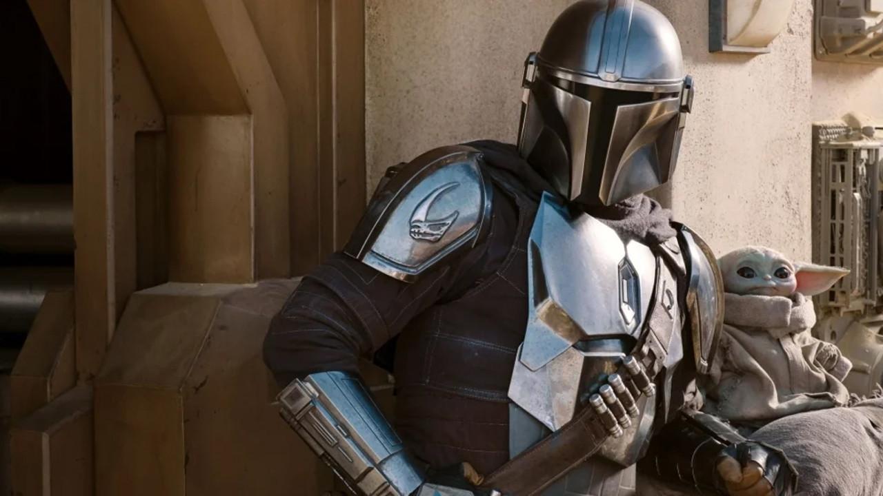 """Top: """"The Mandalorian"""" (Disney+)Die erste Realserie aus der """"Star Wars""""-Reihe feierte bereits Ende des letzten Jahres mit anfangs über 100 Millionen Abrufen allein in den USA einen fulminanten Erfolg auf dem neuen Streaminganbieter Disney+ und gehört zweifelsfrei zu den Serienhits des Jahres. Hierzulande kamen Zuschauer erst im März mit dem Start von Disney+ in Deutschland in den Genuss des Space-Western von Jon Favreau. Baby Yoda aka das Kind eroberte schon bald die Herzen der Zuschauer und wurde zum weltweiten Internet-Phänomen. Die zweite Staffel folgte in diesem Herbst und konnte die hohen Erwartungen mit vielen überraschenden Gastauftritten bekannter Charakteren übertreffen (fernsehserien.de berichtete). Darüber hinaus legte """"The Mandalorian"""" den Grundstein für eine Reihe weiterer """"Star Wars""""-Serien: """"Ahsoka"""", """"Boba Fett"""" und """"The Rangers of the New Republic"""" gehen als neue Ablegerserien hervor. Weitere Serien-Produktionen wie """"Lando"""", """"Obi-Wan Kenobi"""", """"Andor"""", """"The Bad Batch"""", """"The Acolyte"""", """"A Droid Story"""" und """"Visions"""" wurden bereits für die nächsten Jahre auf Disney+ bestätigt. Eine dritte Staffel von """"The Mandalorian"""" ist für Ende 2021 angekündigt. (Kritik zu """"The Mandalorian"""") Disney+"""
