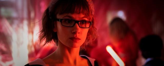 """Ein echtes Serienschätzchen lief im Frühjahr bei ZDFneo: Die moderne Detektivserie """"Dunkelstadt"""" ist stilistisch an den Film Noir angelehnt und hebt sich angenehm vom konventionellen Krimi-Einheitsbrei ab. Alina Levshin verkörpert die Privatdetektivin Doro Decker, die nicht nur Fälle löst, sondern auch einem persönlichen Geheimnis auf der Spur ist. Jede Folge ist anders – mal geheimnisvoll, mal gruselig, mal lustig. ZDF/Sofie Silbermann"""