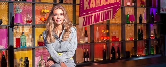 """Eine echte Bereicherung für das Programm von ZDFneo ist """"Laura Karasek – Zart am Limit"""". In ihrer Mischung aus Talk- und Spielshow spricht die Schriftstellerin und ehemalige Anwältin vor allem Themen aus der Lebenswelt der 30- bis 40-Jährigen an – Klischees, Schubladendenken. Alltagsrassismus, Schönheitsbilder, Geschlechterrollen und mehr. Obwohl Laura Karasek erst seit vergleichsweise kurzer Zeit im Fernsehen tätig ist, beherrscht sie die Kunst, eine angenehme Talkatmosphäre zu schaffen, kluge Fragen zu stellen und ihren Gästen zuzuhören, ohne sich selbst in den Vordergrund zu spielen. Sie hat sich daher die Auszeichnung als Versteckte TV-Perle redlich verdient. ZDF/Steffen Matthes"""