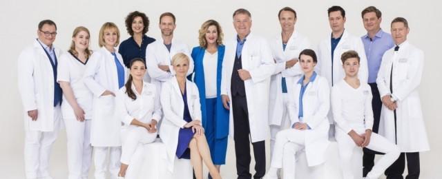 """""""In aller Freundschaft"""" zählt zu den beliebtesten Serien in Deutschland. Bis zu fünf Millionen Zuschauer sind wöchentlich am Dienstagabend dabei, darunter überdurchschnittlich viele jüngere Menschen. Auch der Ableger """"In aller Freundschaft – Die jungen Ärzte"""" holt am Donnerstagvorabend konstant tolle Quoten. Die Zukunft der beiden Serien ist gesichert: """"In aller Freundschaft"""" wurde für drei weitere Staffeln (24 bis 26) verlängert, """"Die jungen Ärzte"""" erhielten grünes Licht für eine siebte Staffel. ARD/Saxonia Media/Markus Nass"""
