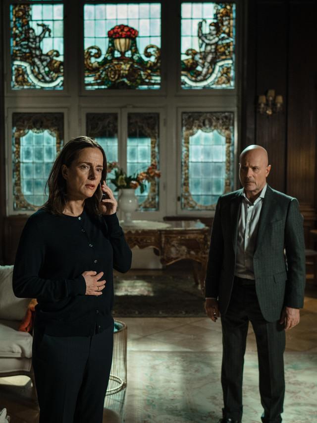Sehen einer möglichen Rückkehr ihrer Tochter mit gemischten Gefühlen entgegen: Sigrid (Claudia Michelsen) und Heinrich (Christian Berkel). ZDF und Alexander Fischerkoesen