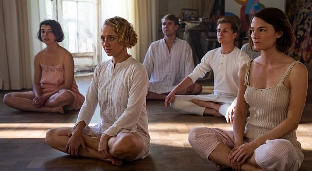 Dörte (Anna Maria Mühe, 2.v.l.) und Gunta (Valerie Pachner, r.) sind mehr als gespannt auf ihre erste Yogastunde bei Itten.