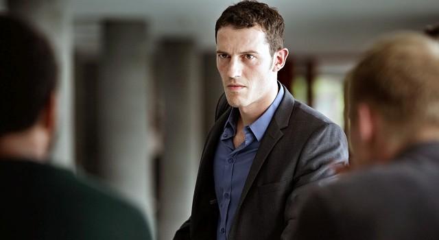 Christian (Simon Sears) wird von seinen Geschäftspartnern aus der Firma gedrängt.