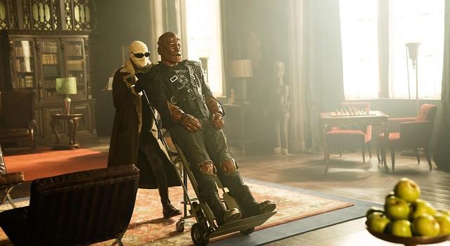 Anfangs fehlt Robotman noch die Kontrolle über seinen neuen physischen Körper und er ist auf Hilfe angewiesen – wie etwa vom ehemaligen Testpiloten Larry Trainor aka Negative Man