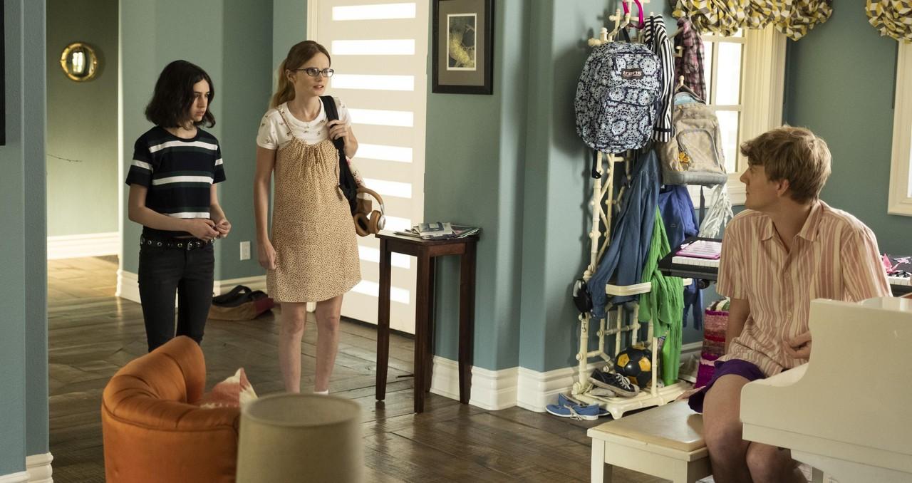 Genevieve(Maeve Press) und Matilda (Kayla Cromer) sind bald auf ihren Halbbruder Nicholas (Josh Thomas) angewiesen. Freeform