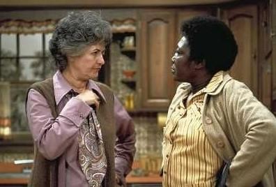 """Beatrice Arthur (l.) und Esther Rolle (r.) in der Kult-Sitcom """"Maude"""" CBS"""
