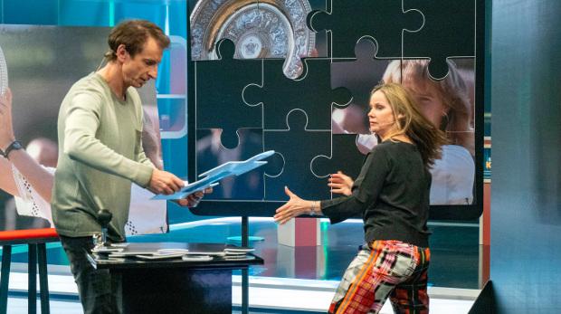 Ingolf Lück und Ann-Kathrin Kramer arbeiten Hand in Hand beim Puzzlespiel (Bild: WDR/Max Kohr)