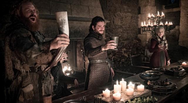 Daenerys (Emilia Clarke) beobachtet Jons (Kit Harington) Beliebtheit mit wachsender Sorge.