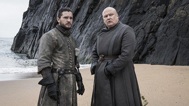 Lord Varys (Conleth Hill) sieht Jon (Kit Harington) auf dem Eisernen Thron