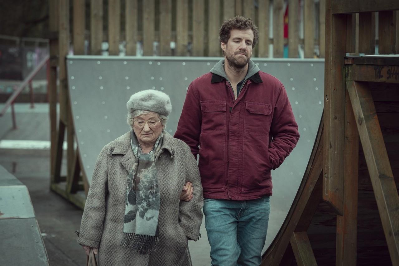 "Bastian (Luke Mockridge) mit Oma Hilde (Carmen-Maja Antoni) in ""ÜberWeihnachten"" Frank Dicks/Netflix"