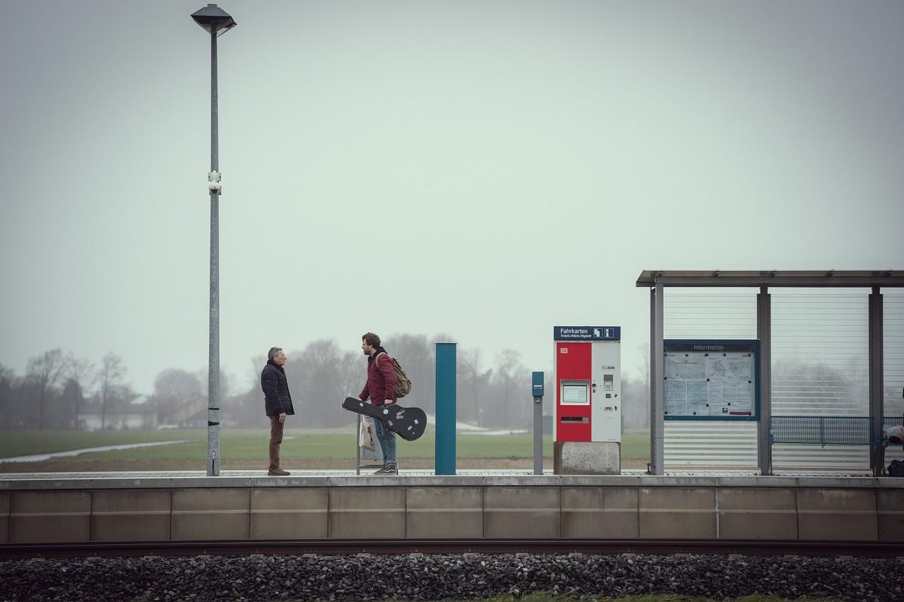 Bastian (Luke Mockridge) wird vom Vater (Rudolf Kowalski) am Bahnhof abgeholt – von Weihnachtsstimmung noch keine Spur…Frank Dicks/Netflix