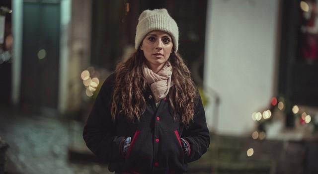 """Wird sie zum Weihnachtsengel? Seyneb Saleh als Karina in """"ÜberWeihnachten"""". Frank Dicks/Netflix"""