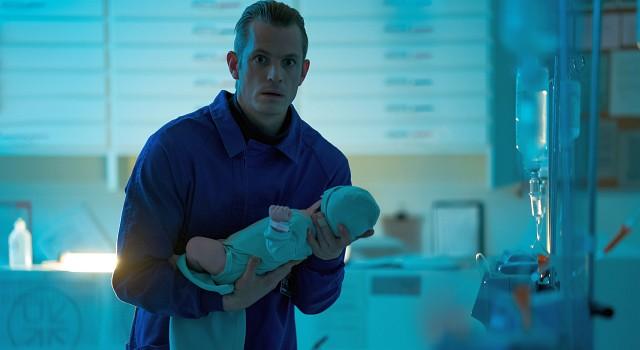 """Erik (Joel Kinnaman) befreit Baby-Hanna aus einem """"Hochsicherheits-Krankenhaus"""""""