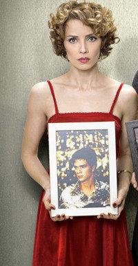 Nurit Halevi-Zach (Mili Avital) mit dem Foto ihres damaligen Verlobten.