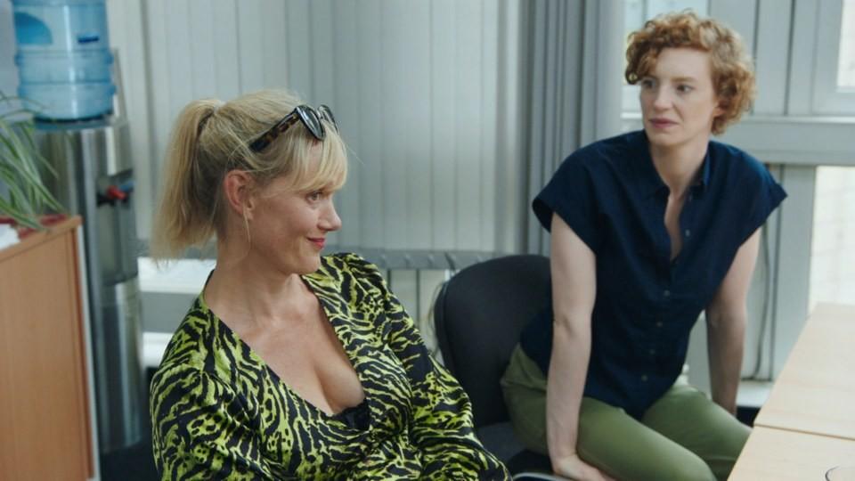 """Bei """"Tatort""""-Kommissarin Anna Schudt (l.) hält sich die Begeisterung über ihren langjährigen Arbeitgeber in Grenzen. ARD/Screenshot"""