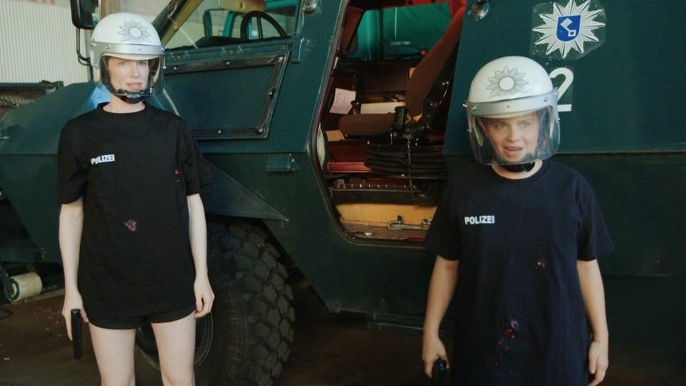 Unter Beschuss: Luise Wolfram (l.) und Jasna Fritzi Bauer (r.) beim Stunt-Training ARD/Screenshot
