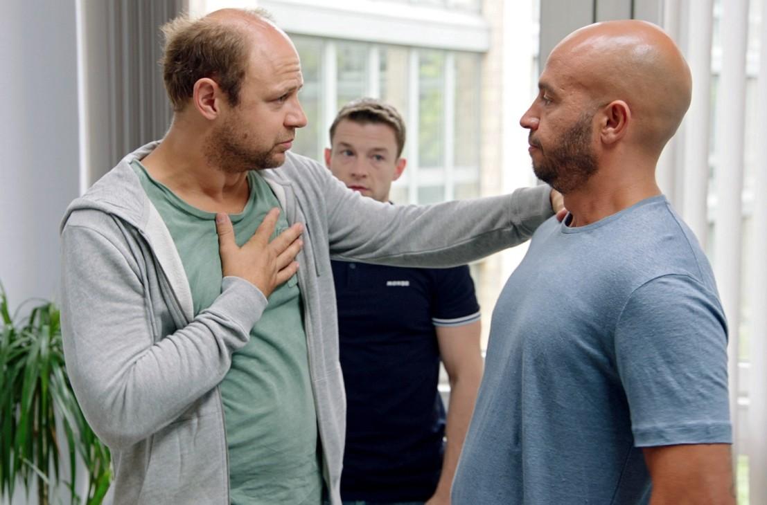 Der chronisch überspannte Regisseur Uli (Moritz Führmann, l.) und der Übersetzer (Ryan Wichert, m.) machen Dar Salim das Leben schwer. Radio Bremen/Janis Mazuch