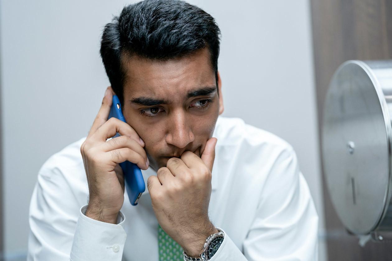 Hari (Nabhaan Rizwan) flüchtet sich auf die Toilette. HBO