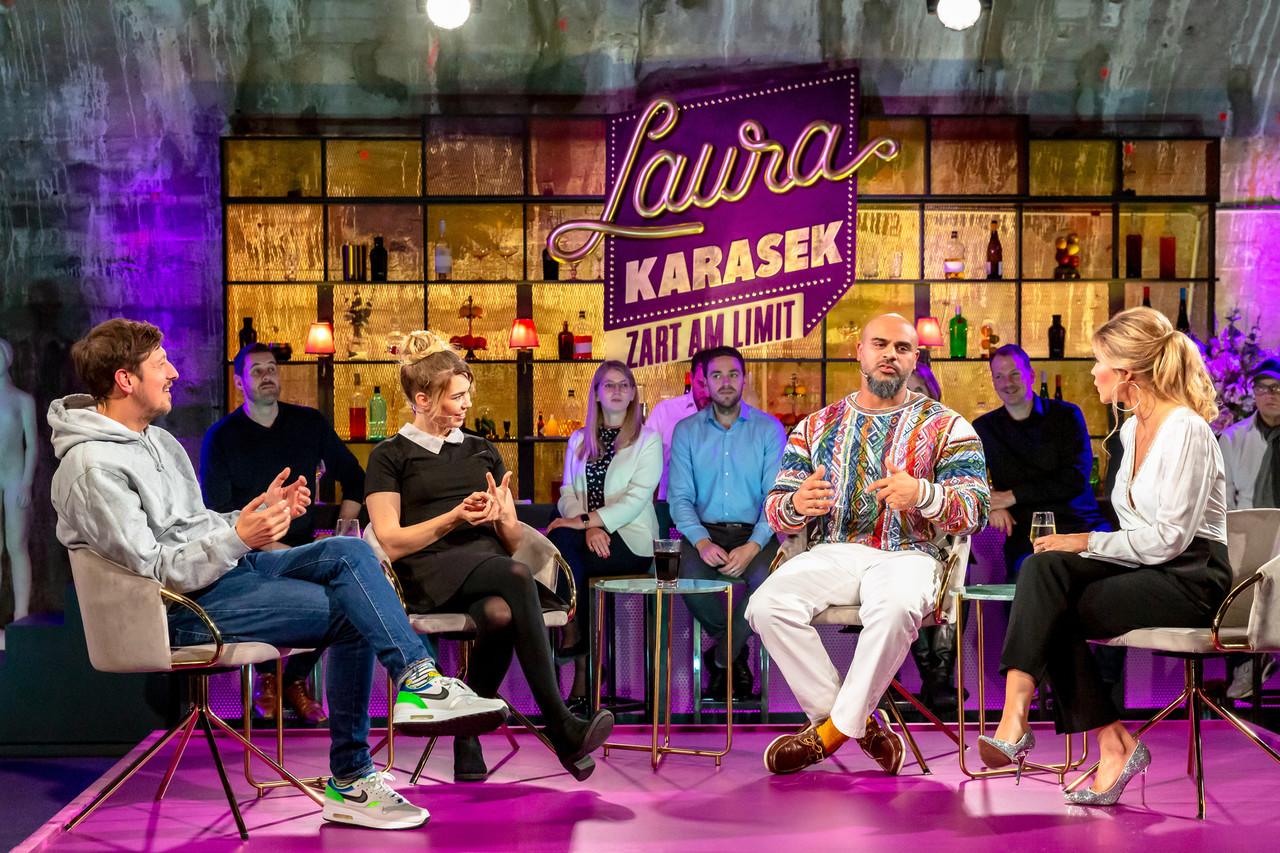Laura Karasek unterhält sich mit ihren Gästen über die dunkle Seite. ZDF/Steffen Matthes