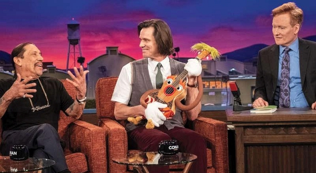 Mr Pikkles (Jim Carey) mit Uku-Larry neben Conan O'Brian und dem unerwarteten Fan Danny Trejo
