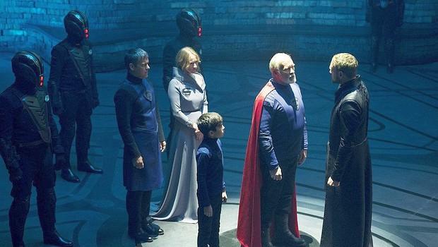 Val-El (Ian McElhinney, mit Cape) wird von Magistrat Daron-Vex (Elliot Cowan) in beisein des kleinen Seg-El verurteilt, seine Familie ihres Ranges enthoben