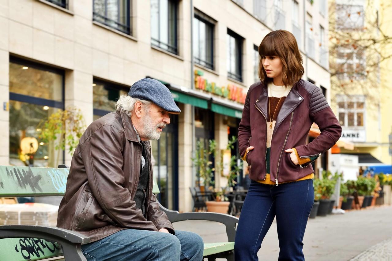 Lucies (Cristina do Rego) Großvater Kurt (Peter Sattmann) braucht Hilfe. TVNOW/Richard Hübner
