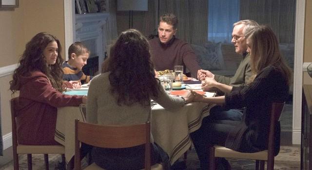 """Die wiedervereinte Stone-Familie: Die """"gleichalten"""" Geschwister (Luna Blaise) und Cal (Jack Messina), Mutter Grace (Athena Karkanis), Vater Ben (Josh Dallas), der verwitwete Opa Steve (Malachy Cleary) und """"Tante"""" Michaela (Melissa Roxburgh)"""