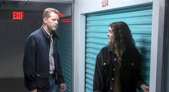 """Zu viele Zufälle: Tochter Olive (Luna Blaise) enthüllt ihrem Vater Ben (Josh Dallas) ihr in der markant nummerierten Storage-Einheit verstecktes Geheimnis – unmittelbar darauf findet Ben in der selben Einrichtung den entscheidenden Hinweis zum """"Fall der Woche""""."""