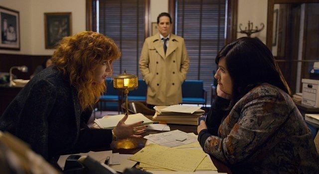 Nadia (Natasha Lyonne) schleppt ihren Ex-Freund (Yul Vazquez) mit auf ihre Suche nach Antworten, etwa zu einem Rabbiner