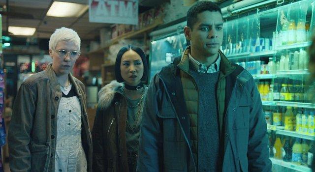Natashas Freundinnen Lizzy (Rebecca Henderson) und Maxine (Greta Lee) zusammen mit Alan (Charlie Barnett) im Kiosk, den auch Nadia immer wieder frequentiert.