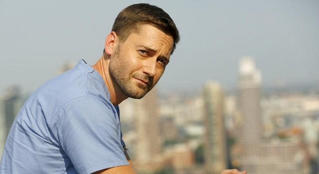 Dr. Max Goodwin (Ryan Eggold) auf dem Dach des New Amsterdam