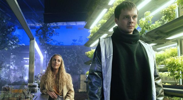 "Miranda Raison als Tessia und Sam Strike als Thale in ""Nightflyers"""