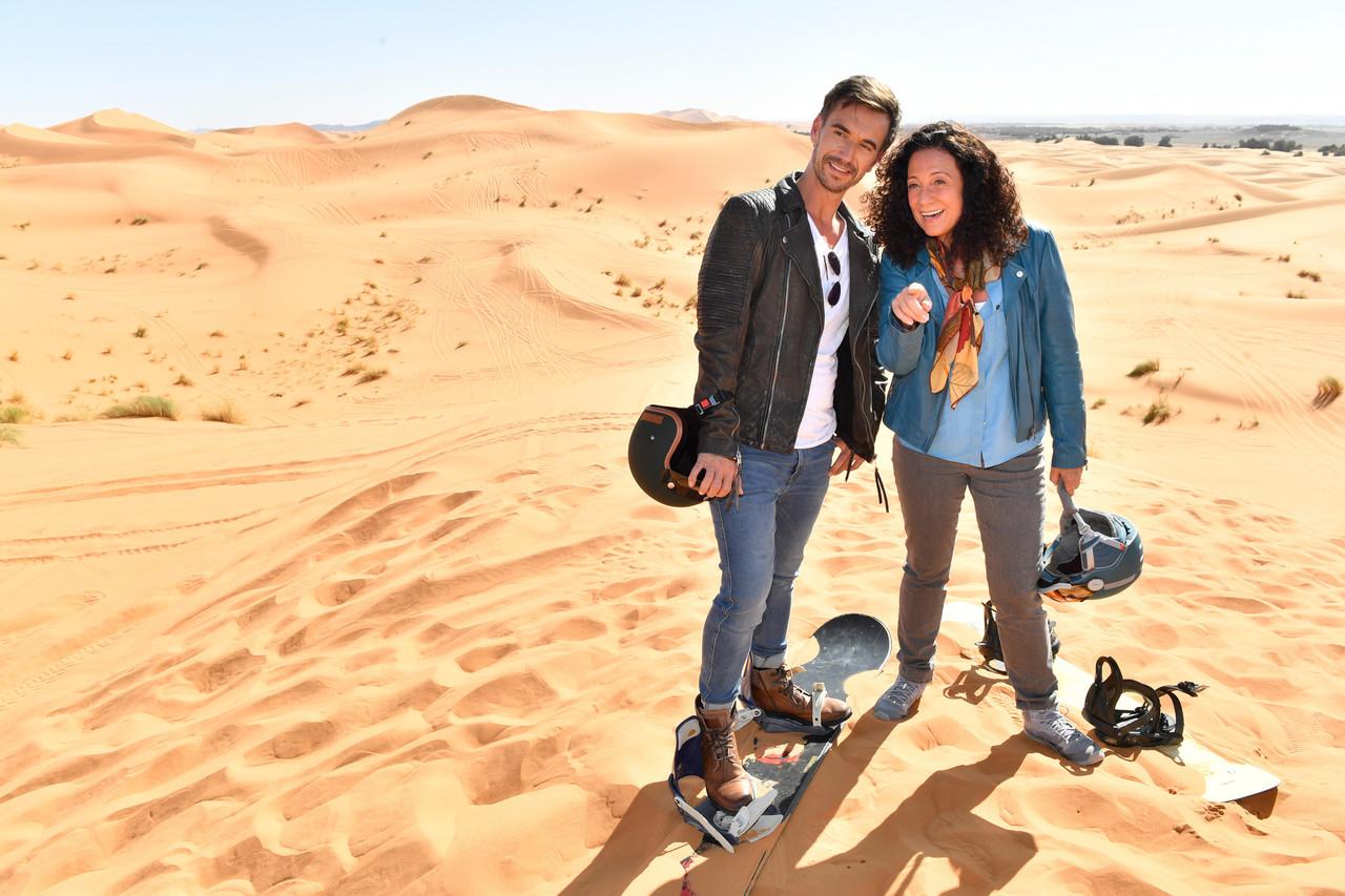 """Hanna Liebhold (Barbara Wussow) ist es gelungen, Kapitän Max Parger (Florian Silbereisen) zu einem """"Skiausflug"""" in die goldenen Sanddünen zu überreden. ZDF/Dirk Bartling"""