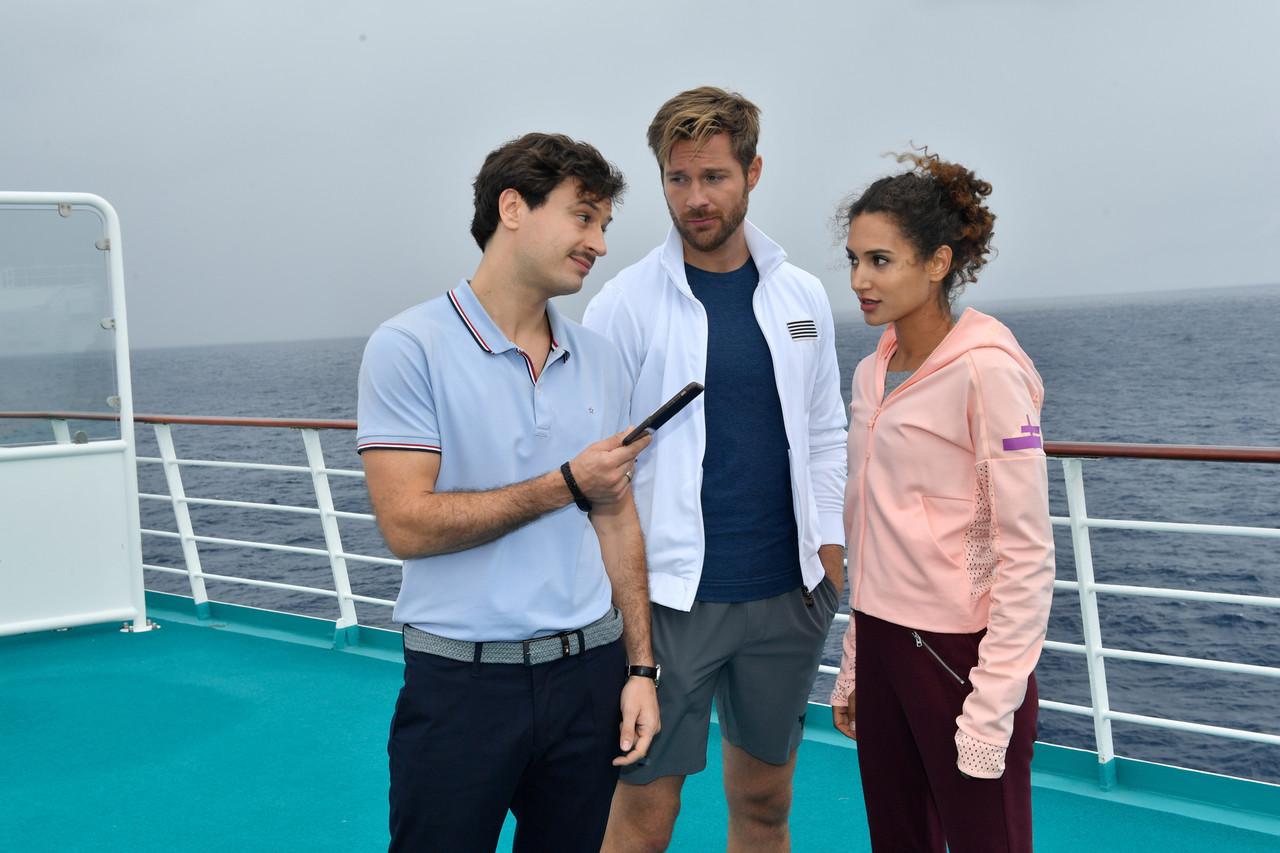 Lilani (Michaela Saba, r.) und Lennart (Tommy Schlesser, M.) genießen die gemeinsame Zeit an Bord. Nur Ken (Jaime Ferkic, l.) wird immer aufdringlicher. ZDF/Dirk Bartling