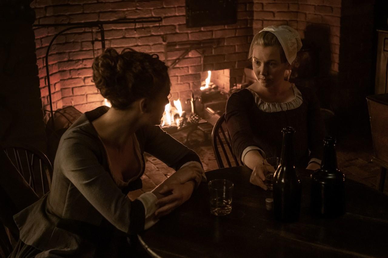 Marsali (Lauren Lyle) versucht, Brianna (Sophie Skelton) aufzuheitern. Starz
