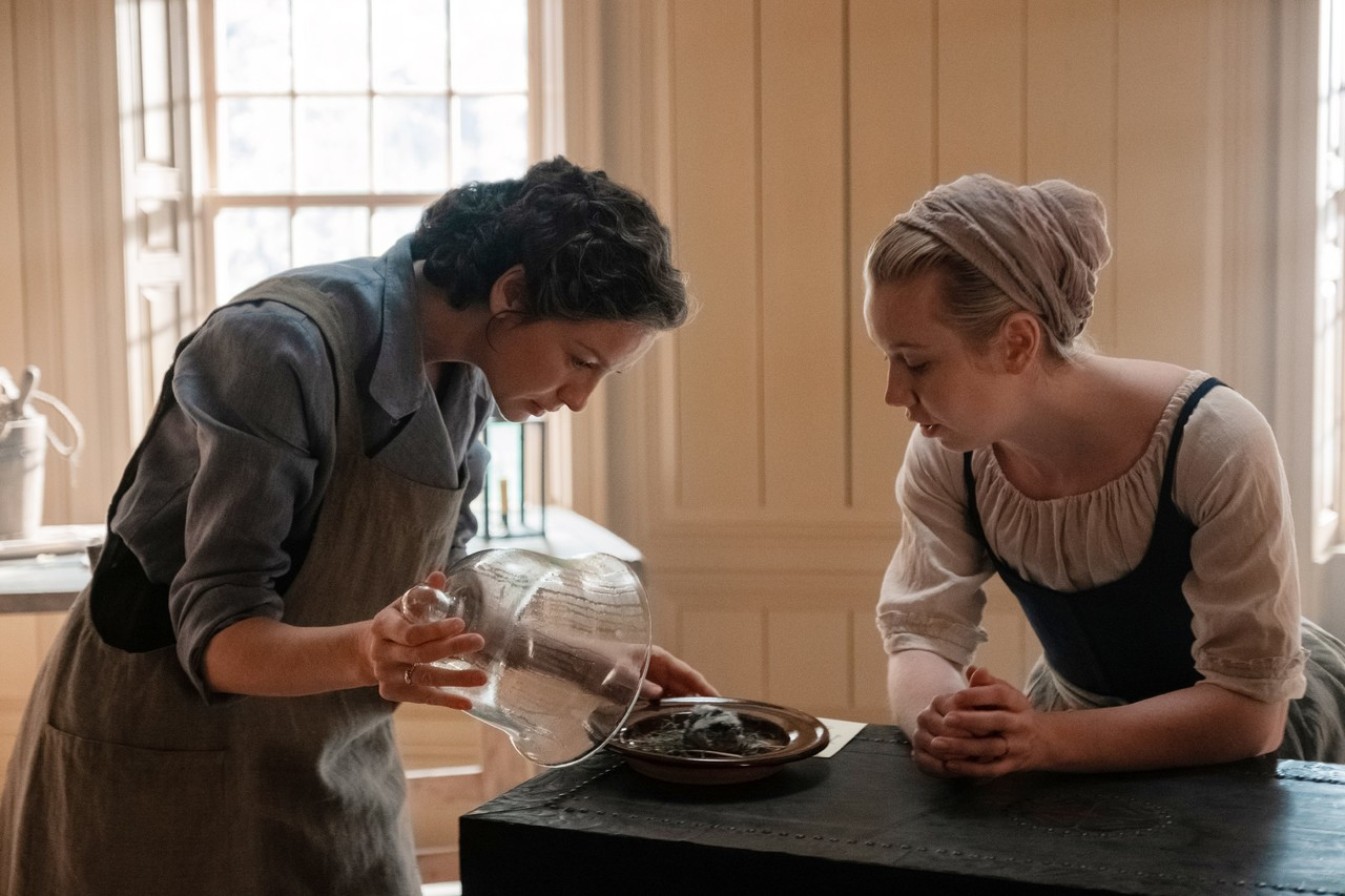 Claire (Caitriona Balfe) wagt medizinische Experimente und nimmt Marsali (Lauren Lyle) unter ihre Fittiche. Starz