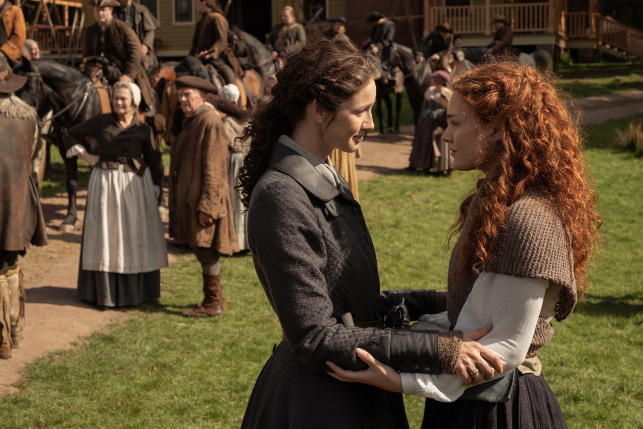 Claire (Caitriona Balfe) verabschiedet sich von Brianna (Sophie Skelton). Starz
