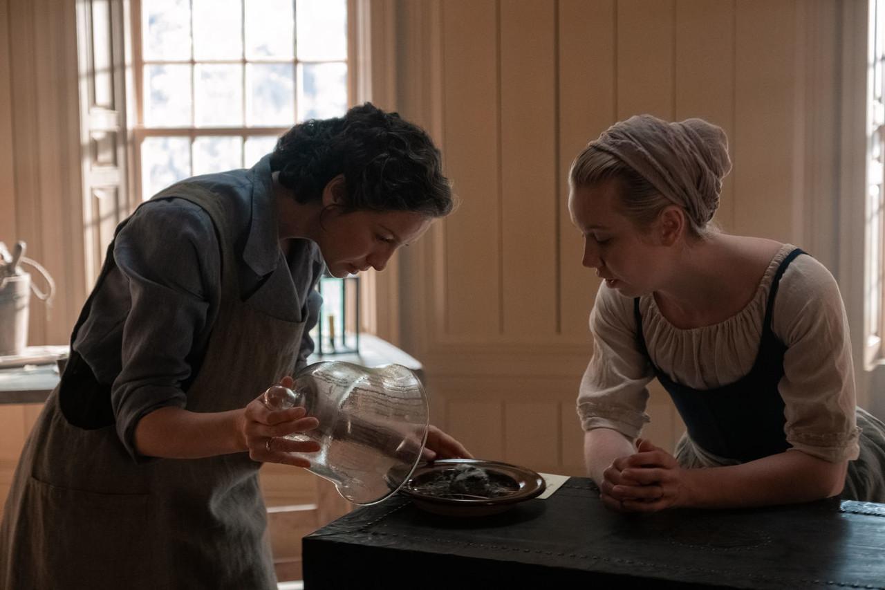 Claire (Caitriona Balfe) und Marsali (Lauren Lyle) gelingt ein medizinischer Durchbruch. Starz