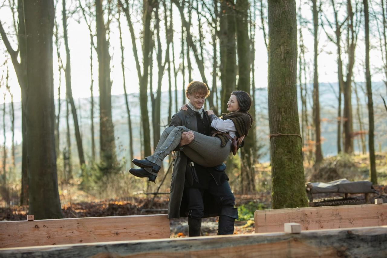 Claire (Caitriona Balfe) und Jamie (Sam Heughan) bauen sich ein neus Leben auf. Starz