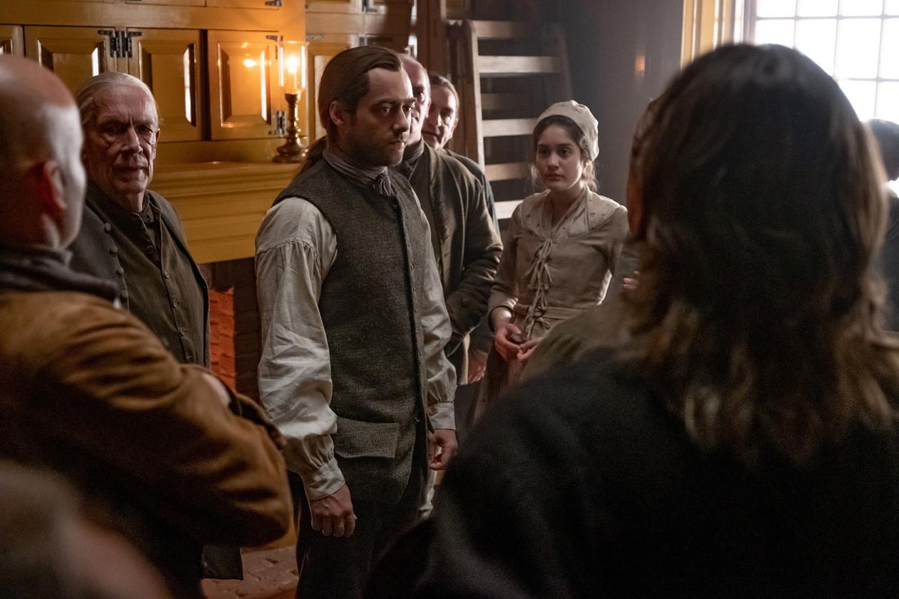 Roger (Richard Rankin) versucht die Siedler zu beruhigen. Starz