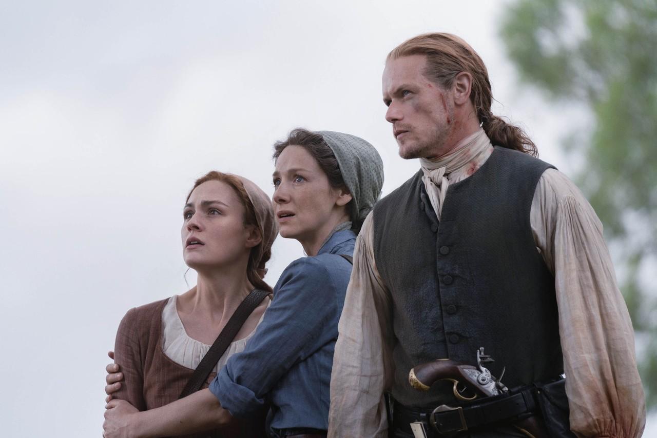 Brianna (Sophie Skelton), Claire (Caitriona Balfe) und Jamie (Sam Heughan) sind fassunglos über den grausamen Anblick, der sich ihnen bietet. Starz