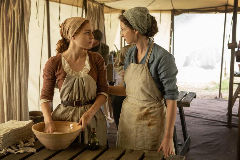 Brianna (Sophie Skelton) hilft Claire (Caitriona Balfe) im Feldlazarett. Starz
