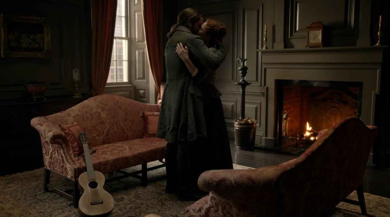 Brianna (Sophie Skelton) und Roger (Richard Rankin) müssen sich verabschieden. Starz