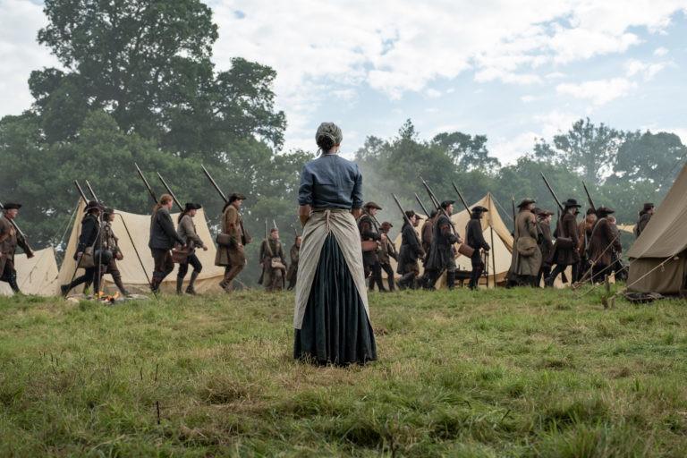 Claire (Caitriona Balfe) beobachtet besorgt, wie die Miliz in die Schlacht zieht. Starz