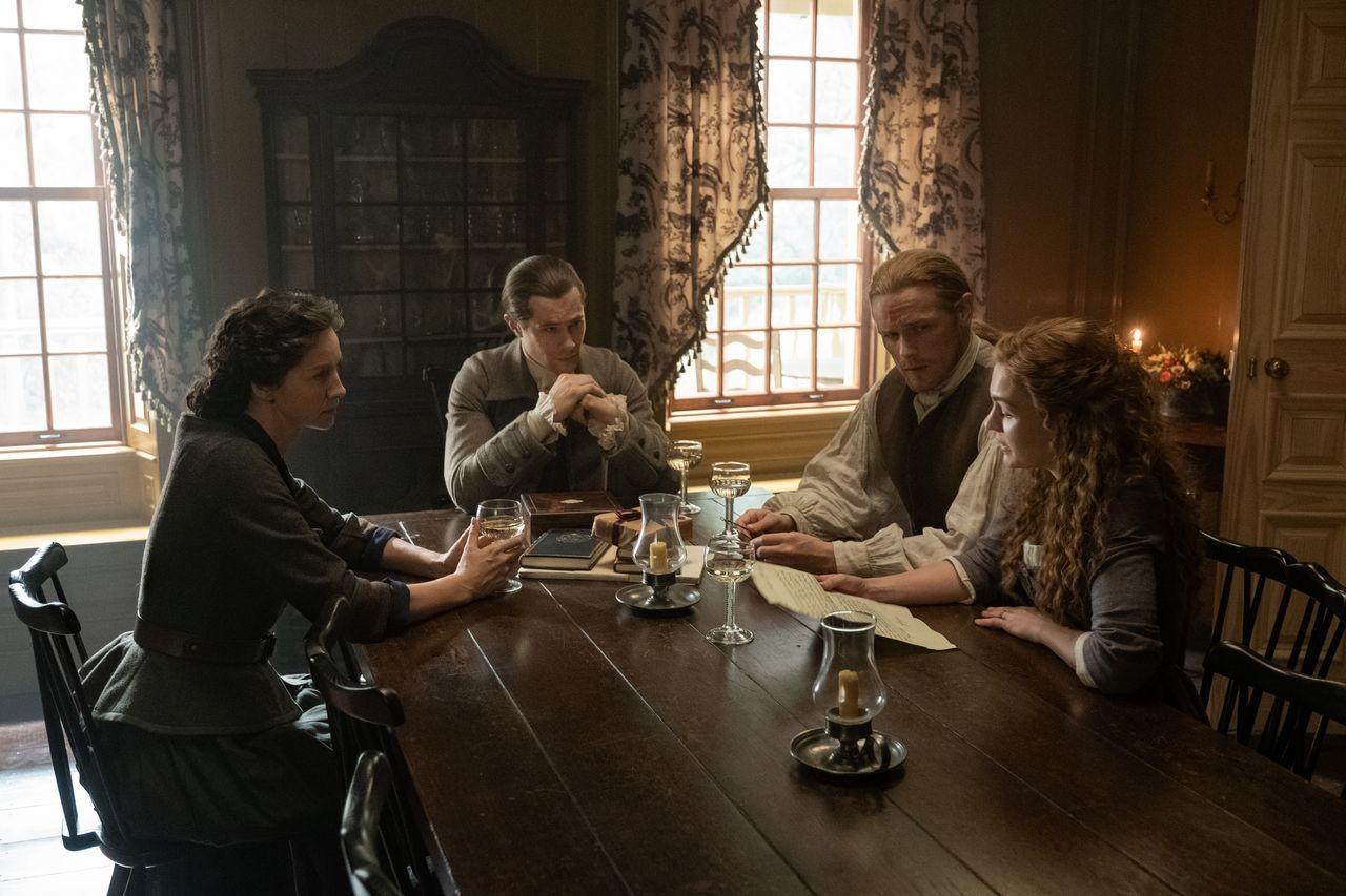 Governor Tryon (Tim Downie) versucht, sich die Vergebung der Frasers zu erkaufen.Starz