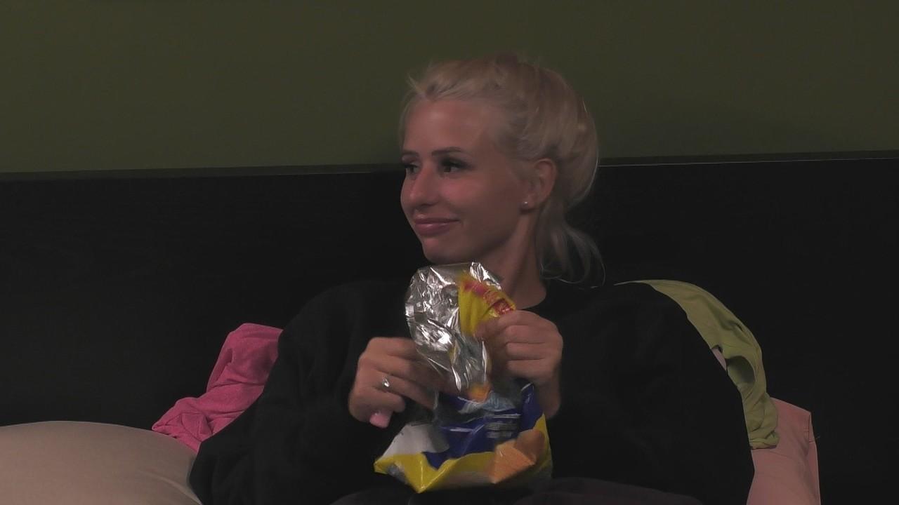 Carina Spack knistert mit der Chipstüte, um Claudia Obert vom Schlafen abzuhalten.Sat.1