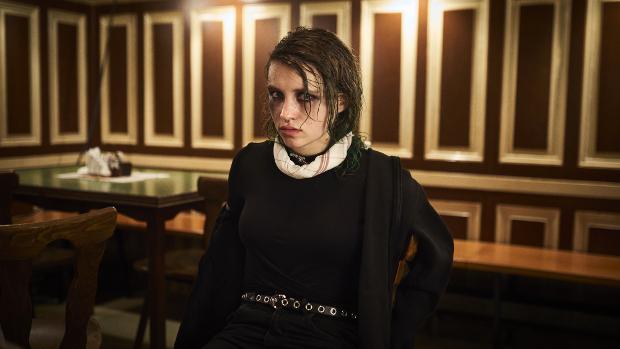 Janina Fautz als demotivierte Emo-Kellnerin hat immer einen Spruch auf den Lippen.
