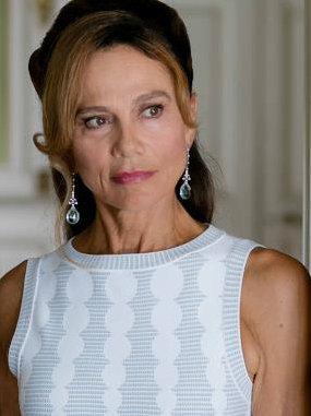 Constantines frühere Frau Irina (Lena Olin) versucht unterdessen ihren Status als Schlüsselfigur der Reichen und Schönen der Côte d'Azur zu verteidigen.